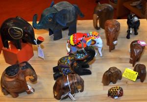 Heel veel olifanten van hout, metaal, geverfd, ongeverfd. We hebben een groot assortiment.