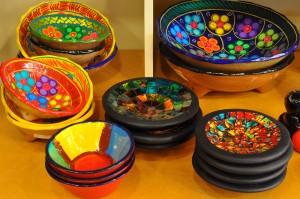 Heel kleurrijk zijn deze presenteerschalen en -bordjes.