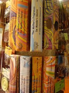 Wierook en wierookhouders in alle geuren en kleuren.