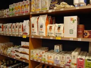 Op foodgebied een groot assortiment; koffie, thee, broodbeleg, bakmixen, vruchtensappen, rietsuiker, noedels, etc.