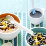 Rijstdessert met kokos, mango en chocoladesaus